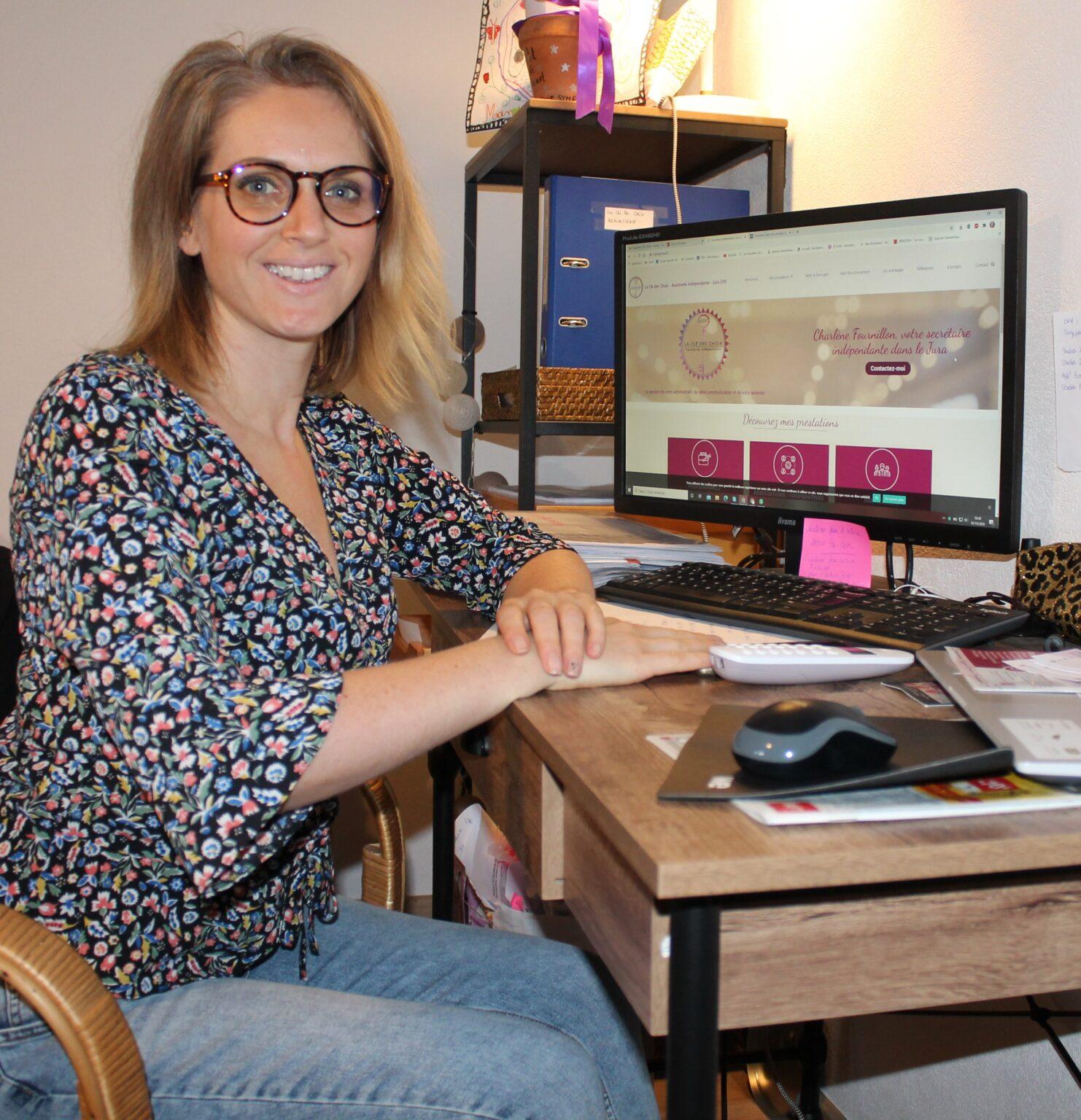 Charlène assistante indépendante dans son bureau
